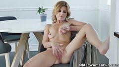 Blondes Mädchen, das Analsex pumpt