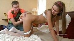Die geile Frau springt nach der Arbeit in die Hände ihres Mannes