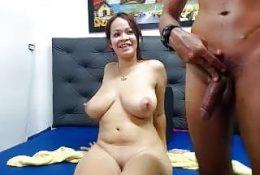 Milf Brunette Babe bekommen ihre schüchterne Muschi