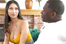 Ein schwarzer Mann, der eine Frau nach Hause in einen Park warf