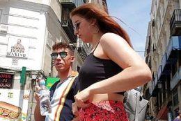 Weiblicher Kunde, der Taxifahrer verführt