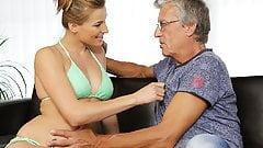 Die Brüste der sexy reifen Frau verletzen den Verstand
