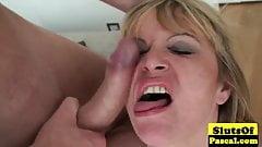 Das brünette Mädchen des Chefs hat deinen Verstand für Sex gequetscht