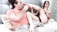 Der Ehemann und die Ehefrau kaufen ausländische Männer
