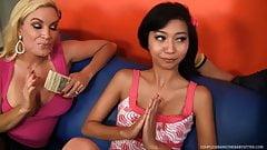 Zwei sehr sexy freche Mädchen spielen